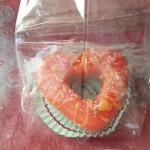 เทียนหอมโดนัท ราดซอสสีส้มสดใส เส้นผ่านศูนย์กลาง 8 cm สูง 2.5 cm