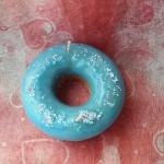 เทียนหอมโดนัทกลม หน้าน้ำตาลสีฟ้า ขนาดเส้นผ่านศูนย์กลาง 8 cm สูง 2.5 cm