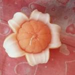 เทียนหอมส้มพร้อมเปลือก ขนาดเส้นผ่านศูนย์กลาง 8 cm สูง 4 cm. พร้อมกล่องใส